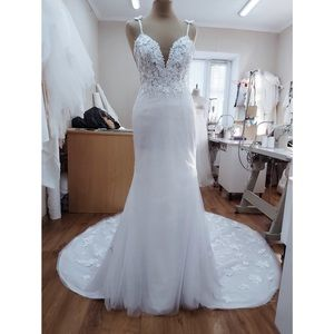 COPY - Fitted 3D floral long train glitter wedding dress